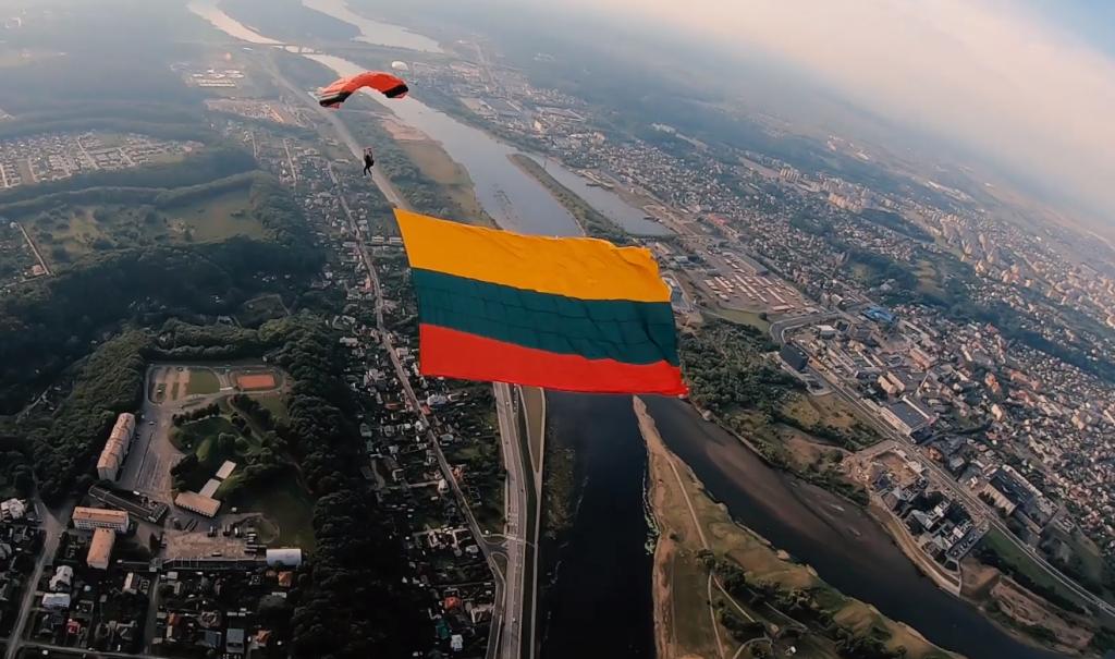 Parašiutininkai aviacijos šventėje