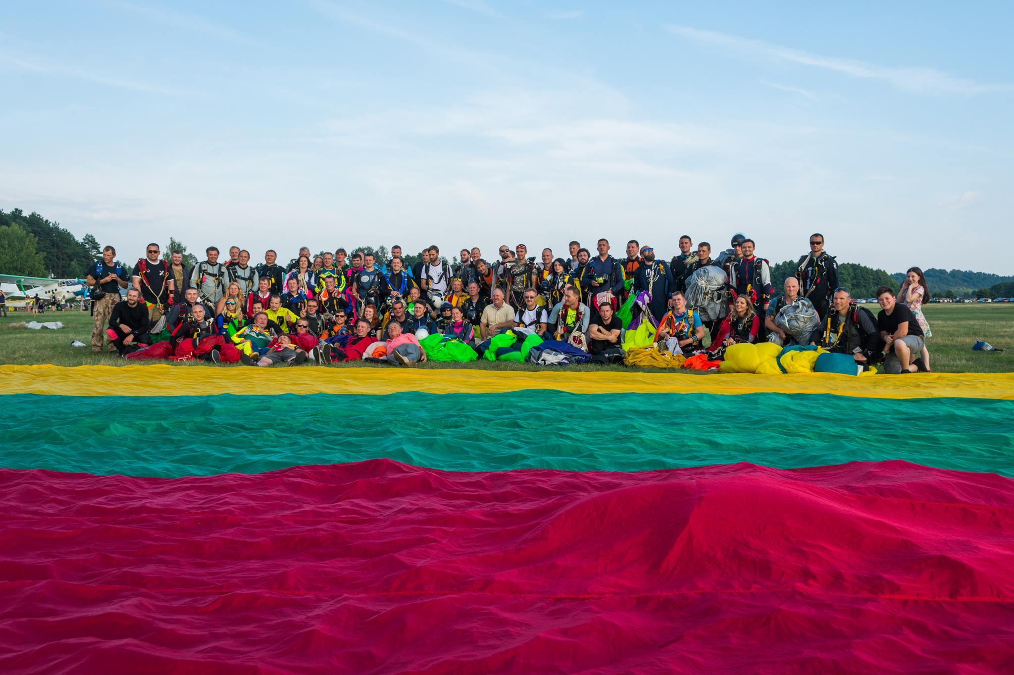 🇱🇹💯Pociūnuose – masinis parašiutininkų šuolis